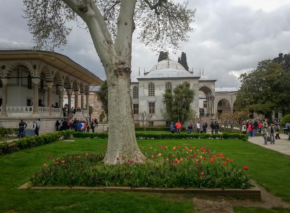 Topkapi-Palace-Courtyard-Gardens-974x715